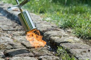 Brûler les mauvaises herbes avec un désherbeur thermique